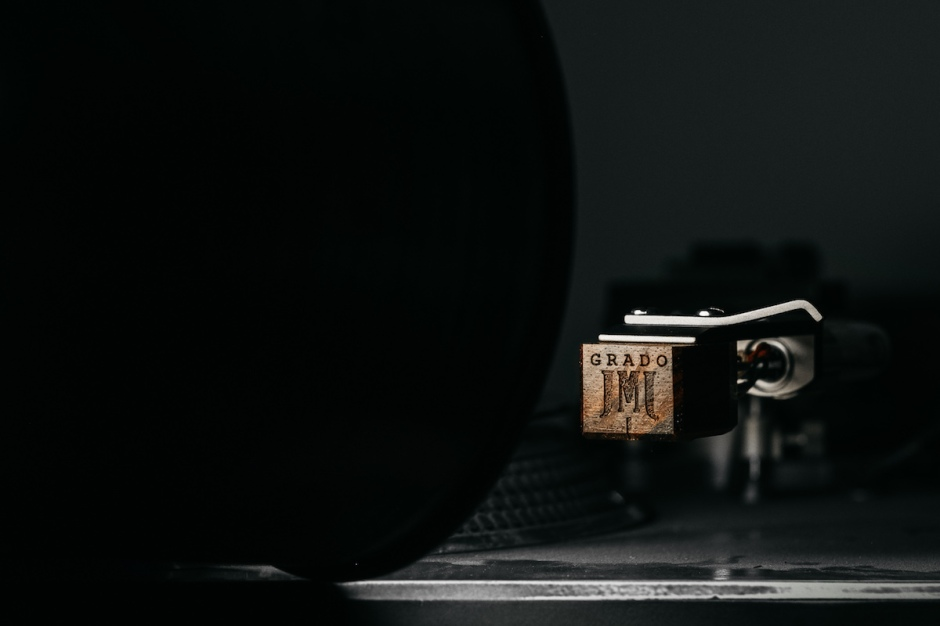 grado, grado headphones, grado labs, sunset park, brooklyn, new york, cartridge, brooklyn cartridge company, epoch, cocobolo housing, lineage series, turntable, deck, close up, vinyl, tonearm, phono, needle, stylus, diamond, wood, JMJ Logo